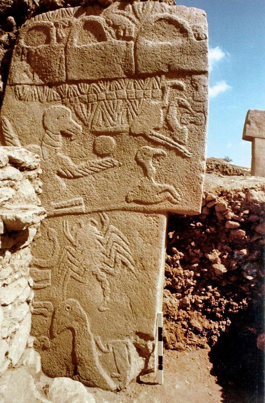 Cột đá trang trí (cao khoảng 5 mét) ở khu di tích lịch sử Göbekli Tepe