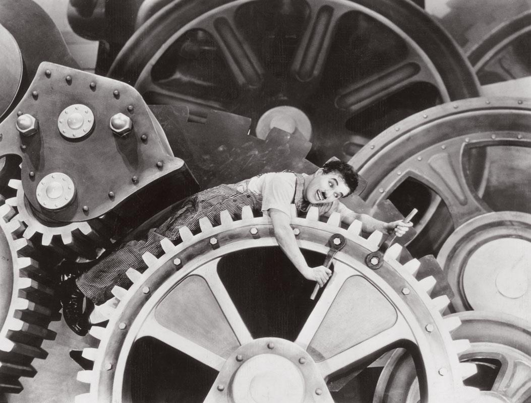 Danh hài Charlie Chaplin trong vai một công nhân bị mắc kẹt trong dây chuyền công nghiệp