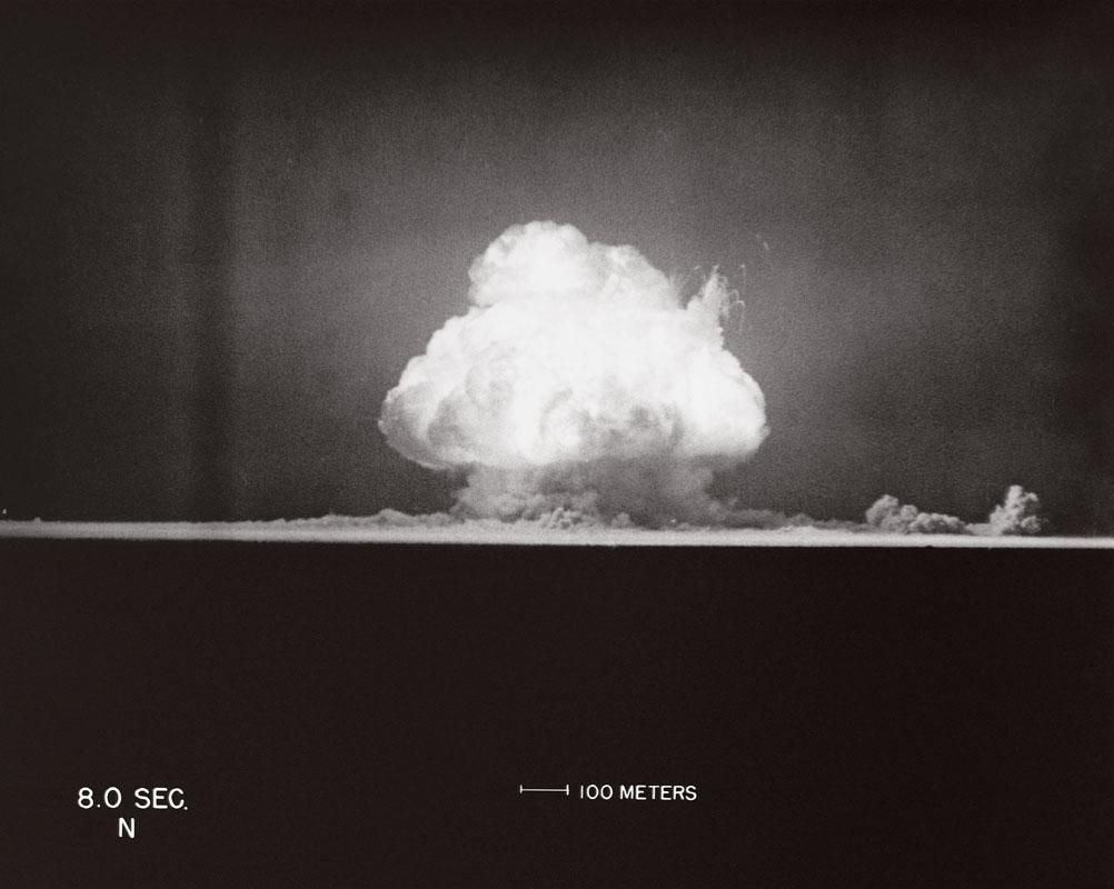 Alamogordo, ngày 16 tháng Bảy năm 1945, 05:29:53. Giây thứ 8 sau khi quả bom nguyên tử đầu tiên phát nổ.