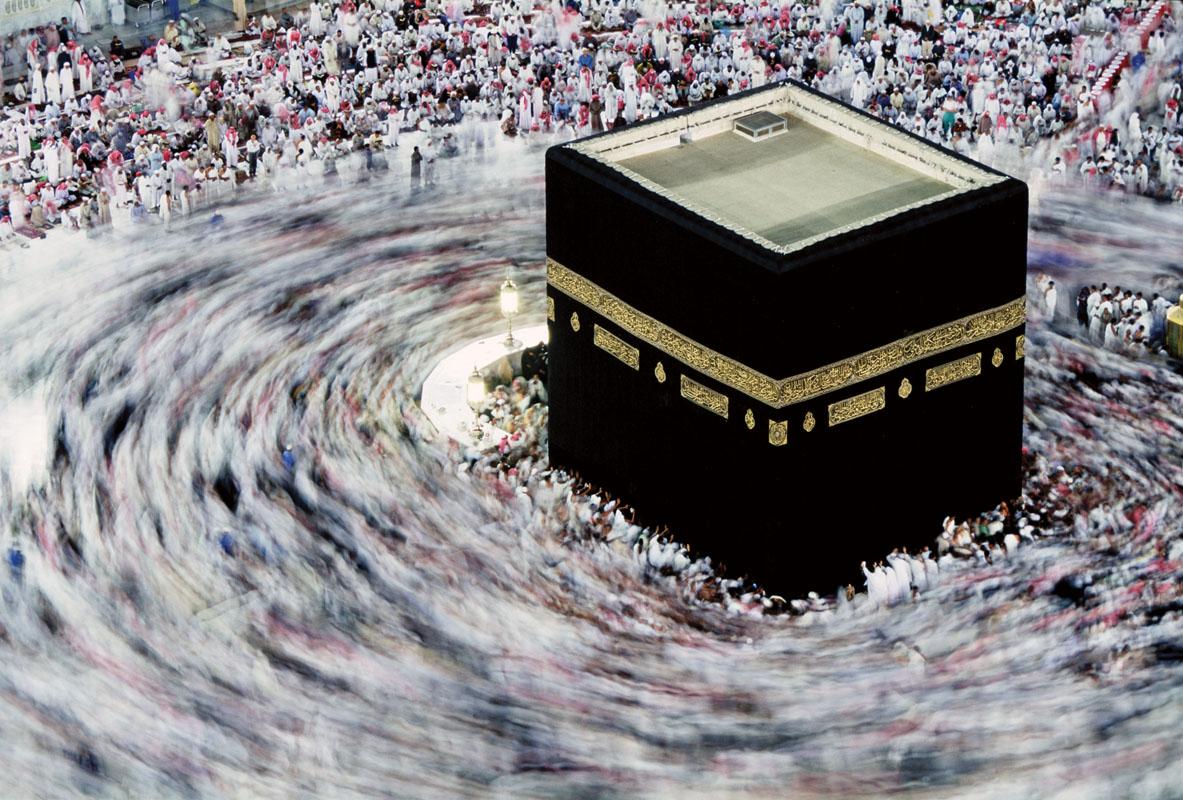 Người hành hương đi xung quanh hòn đá thiêng Ka'aba ở Mecca.