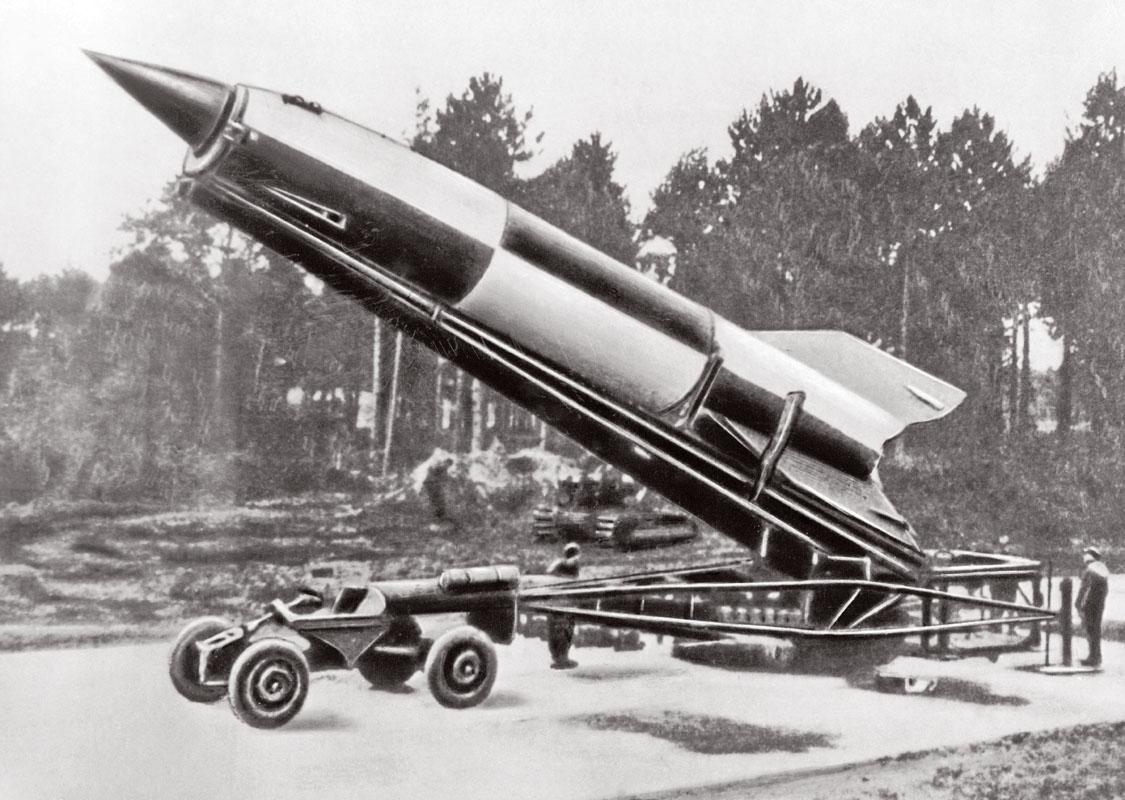 Tên lửa V-2 của Đức sẵn sàng trên dàn phóng